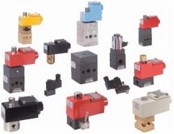 Эти клапаны... клапаны. делаются главным образом из анодированного алюминия, латуни и нержавеющей стали.