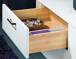 В определённых местах для удобства использования, к примеру, на кухне можно применить вместо деревянных ящиков...