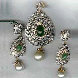 Emerald & Flat Diamonds Pendent Set